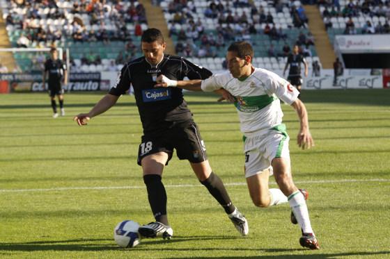 Viqueira, que tuvo que sustituir por lesión a Luque, controla un balón ante un jugador blanquiverde.  Foto: L.O.F.