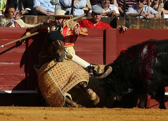 Un picado es derribado con su caballo por uno de los astados.  Foto: Juan Carlos Muñoz