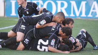 Los jugadores celebran con euforia el tanto de Bermejo.  Foto: L.O.F.