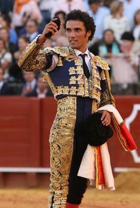 El torero muestra su trofeo ante los espectadores.  Foto: Juan Carlos Muñoz