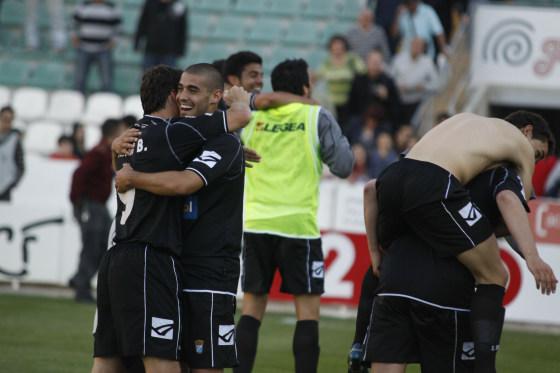 Risas y abrazos tras el final del partido. La Primera está más cerca.  Foto: L.O.F.