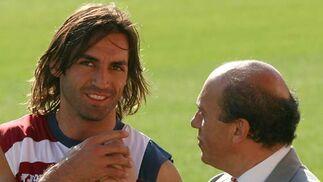 Entrenamiento del Sevilla F.C. En la foto, José María del Nido (derecha) y Javi Navarro.  Foto: Antonio Pizarro