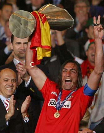 Estadio Hampden Park, Glasgow, Escocia. La plantilla del Sevilla celebra la victoria. Javi Navarro alza el trofeo. Es la segunda Copa de la UEFA del Sevilla en dos años (2005 y 2006).   Foto: Antonio Pizarro