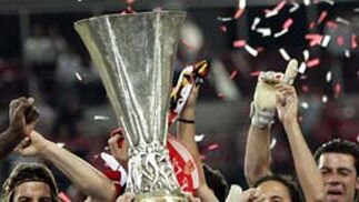 El capitán del Sevilla FC, Javi Navarro, alza la Copa de la UEFA después de derrotar al Middlesbrough por 4 a 0 durante el partido de la final disputado el 10 de mayo de 2005 en el estadio Philips en Eindhoven, Holanda.   Foto: Marcel Antonisse (Efe)