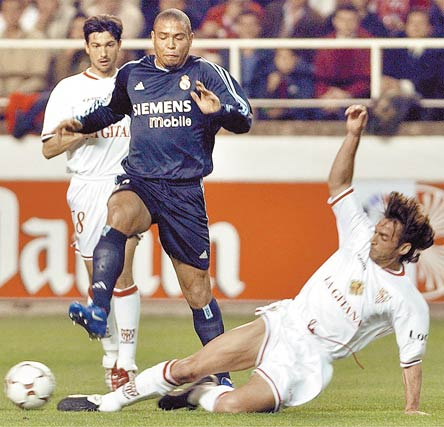El jugador brasileño Ronaldo, del Real Madrid (en el centro), salta sobre Javi Navarro durante un partido de vuelta de semifinal de la Copa del Rey disputado en el estadio Ramón Sánchez Pizjuan de Sevilla.   Foto: Eduardo Abad (Efe)