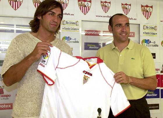 2001: Javi Navarro es presentado como nuevo jugador del Sevilla F.C., junto a Monchi, director deportivo de la entidad sevillista.  Foto: Antonio Pizarro