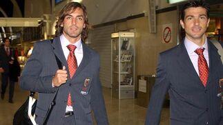 Javi Navarro y Martí (a la derecha) en el aeropuerto de San Pablo, Sevilla, antes de volar a Santander para la disputa de un partido de Liga.   Foto: Manuel Gómez