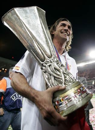 Javi Navarro sostiene la Copa de la UEFA, el primero de cinco títulos que iría a conseguir en poco más de un año.   Foto: Jerry Lampen (Reuters)
