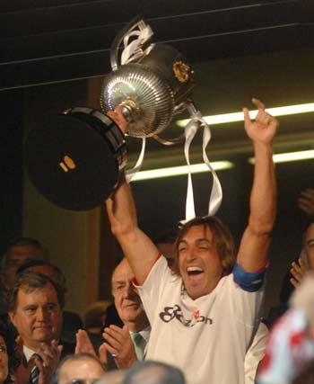 Final de la Copa del Rey: Sevilla F.C. - Getafe. Javi Navarro celebra el trofeo en presencia de SM Don Juan Carlos.  Foto: Manuel Gómez