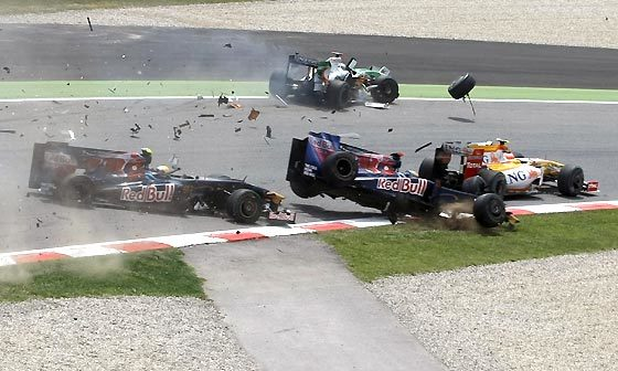 Sebastian Bourdais (Toro Rosso) sale volando después de que choque contra él su compañero Sebastien Buemi. Adrian Sutil (Force India) y Nelson Piquet (Renault) se salvan del accidente.  Foto: Reuters / AFP Photo / EFE