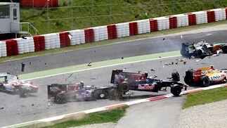 Sebastian Bourdais (Toro Rosso) sale volando después de que choque contra él su compañero Sebastien Buemi. Adrian Sutil (Force India) y Nelson Piquet (Renault) se salvan del accidente, pero Jarno Trulli, de Toyota, no.  Foto: Reuters / AFP Photo / EFE