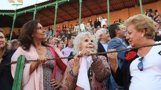 La duquesa de Alba,  acompañada de Carmen Tello, esposa de Curro Romero, presente en el callejón.   Foto: Juan Carlos Toro