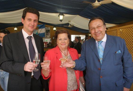 El compositor y guitarrista jerezano, Paco Cepero, y su esposa, Chari, posan con Miguel Berraquero.  Foto: Vanesa Lobo