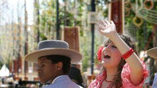 Imagen de  una joven a la grupa saludando ayer en el Real del Hontoria.  Foto: Pascual /Miguel Ángel González