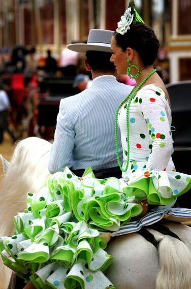 Imagen de uno de los diseños de moda flamenca que se pudieron ver ayer a la grupa.  Foto: Pascual