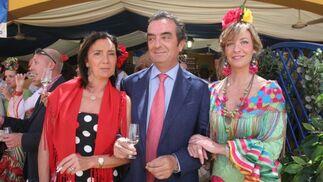 Silvia Díez Orellana posa junto al director general del Grupo Joly, Javier Moyano, y su esposa, María José González.  Foto: Vanesa Lobo