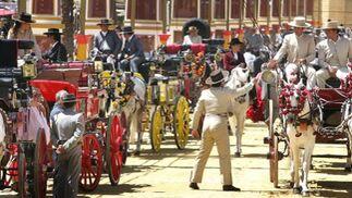 Panorámica de los coches de caballos que participaron en el paseo celebrado ayer.   Foto: Pascual /Miguel Ángel González