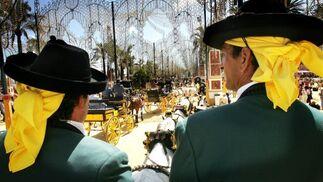 El Real está que arde y es que ya están aquí los días más populares de la Feria. Así, la jornada del jueves estuvo protagonizada por los caballistas.  Foto: Pascual