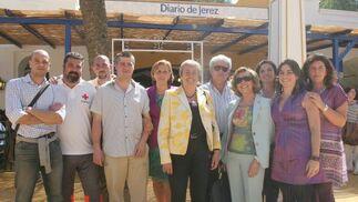 Reunión de los voluntarios de Cruz Roja Jerez, en la caseta del Diario.  Foto: Vanesa Lobo