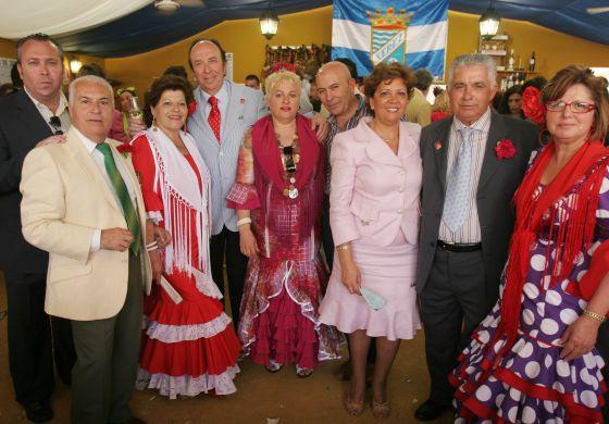 Félix Sollero, gerente de Confecciones Sollero, posa con un grupo de amigos de Modas Aurora; junto a Juan Ruiz y señora, de Alimentación Alaska, y José Antonio Arniz y señora.  Foto: Vanesa Lobo