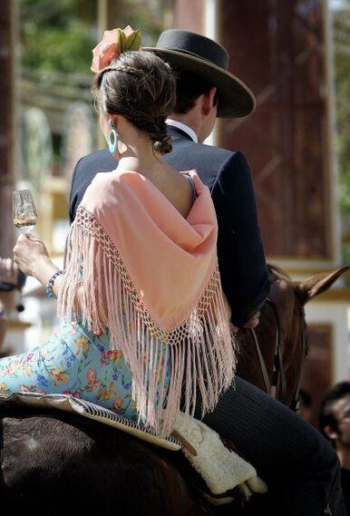 Una mujer se pasea junto a una copa de vino y bien acomodada.  Foto: Pascual /Miguel Ángel González