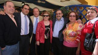 El doctor Emilio Orquin y su esposa, Juan Vázquez y su esposa; y Rocío Domínguez (decana de la Facultad de Derecho) y su esposo.  Foto: Vanesa Lobo