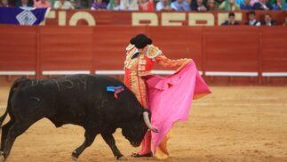 Un momento del ajustado quite de Miguel Ángel Perera al quinto toro de la suelta, en el momento de mayor relieve de la tarde.  Foto: Juan Carlos Toro