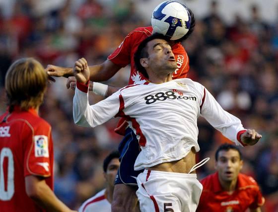 Nekouman lucha la pelota aérea con el centrocampista Duscher.  Foto: Félix Ordóñez