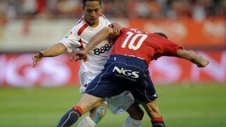 Adriano y Puñal pugnan por un balón.  Foto: Félix Ordóñez