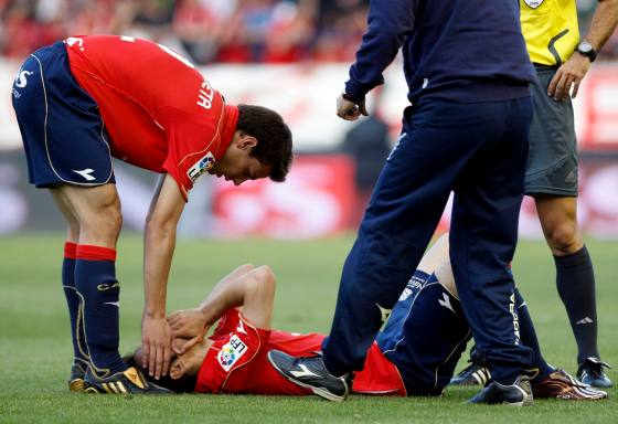 Azpilicueta trata de consolar a Juanfran que se tuvo que retirar lesionado.  Foto: Félix Ordóñez