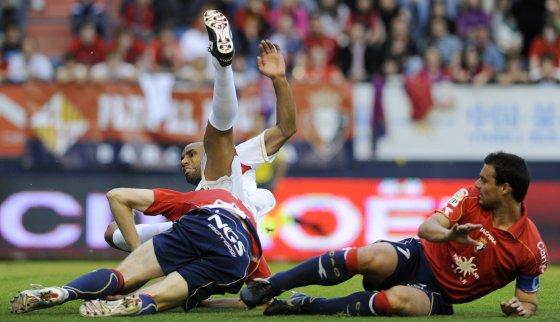 Cruchaga cae ante una jugada de Kanoute.  Foto: Félix Ordóñez