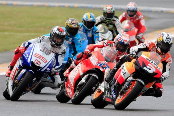 Dani Pedrosa (Honda), en otra gran carrera dio cuenta de su compañero de equipo, el italiano Andrea Dovizioso, en la última curva para hacerse con la tercera plaza.    Foto: Efe
