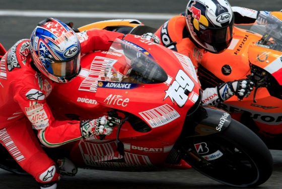 El piloto español de Moto GP Daniel Pedrosa (i), de Honda, y el estadounidense de Ducati Nicky Hayden ruedan juntos.  Foto: Efe