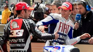 El piloto español de Moto GP Jorge Lorenzo (d), de Yamaha, recibe la felicitación del italiano Marco Melandri, de Kawasak.  Foto: Efe