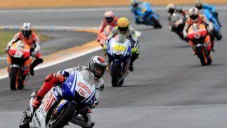 El piloto español de Moto GP Jorge Lorenzo (2i), de Yamaha, durante el Gran Premio de Francia.  Foto: Efe