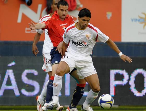 Javier Flaño intenta arrebatarle el esférico a Renato.  Foto: Félix Ordóñez