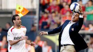 Jiménez logra alcanzar la pelota para entregársela a Fernando Navarro.  Foto: Félix Ordóñez