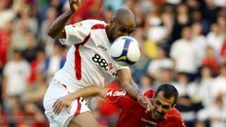 Kanoute salta por encima de Puñal para intentar ganar una pelota.  Foto: Félix Ordóñez