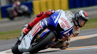 Lorenzo salió a un ritmo superior a sus rivales, en el segundo giro marcó vuelta rápida, del tal forma que cuando se subió a su segunda Yamaha, a diecisiete vueltas para el final, el margen era suficiente como para volver a la pista de nuevo al frente de la carrera  Foto: Efe
