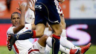 Luis Fabiano se lamenta al fallar una ocasión contra el Osasuna.  Foto: Félix Ordóñez