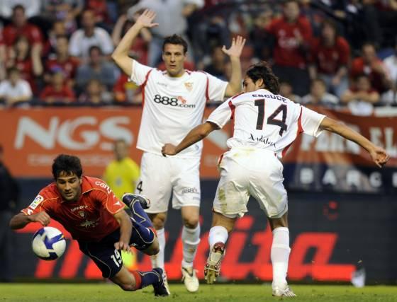 Masoud cae tras intentar sortear a Escudé y a Squillaci.  Foto: Félix Ordóñez