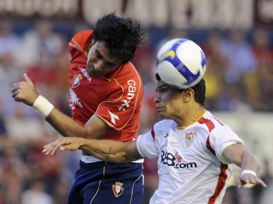 Nekouman y Renato saltan para lograr el balón.  Foto: Félix Ordóñez