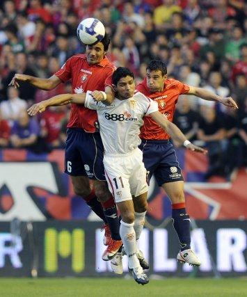 Nekouman, Renatoy Javier Flaño saltan para hacerse con un balón aéreo.  Foto: Félix Ordóñez