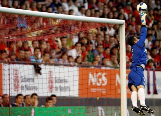 Palop desvía un lanzamiento de un rival durante el partido.  Foto: Félix Ordóñez