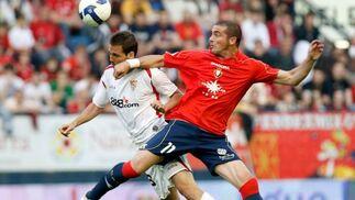 El delantero uruguayo Pandiani lucha la pelota con el defensa del Sevilla FC, Fernando Navarro.  Foto: Félix Ordóñez