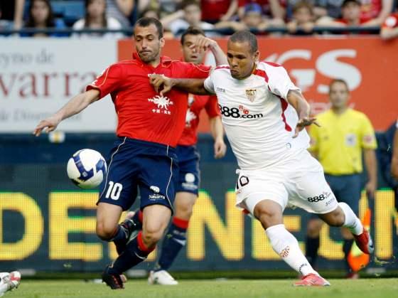 Puñal pugna por un balón con el delantero sevillista Luis Fabiano.  Foto: Félix Ordóñez