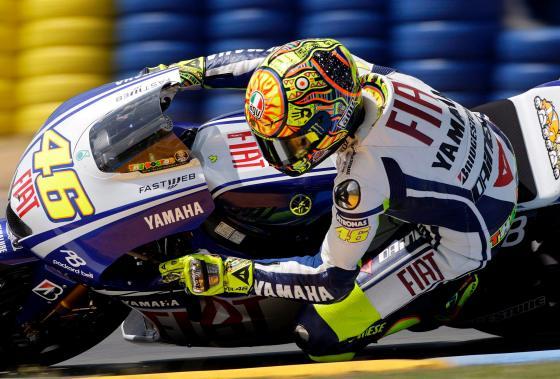 Rossi acabó decimosexto, tras pasar cuatro veces por la línea de los garajes, una de ellas como consecuencia de una penalización impuesta por haber superado la velocidad máxima permitida en esa zona.    Foto: Efe