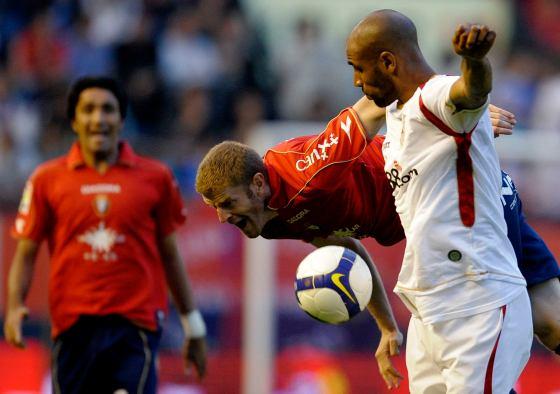 Sergio cae al suelo ante una jugada con Kanoute quien se disculpa levantando las manos.  Foto: Félix Ordóñez