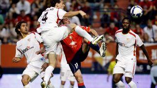 Squillaci lucha la pelota aérea con Pandiani.  Foto: Félix Ordóñez