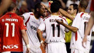 Velasco Carballo expulsa a Romaric ante la presencia de sus compañeros Renato y Luis Fabiano y su rival Pandiani.  Foto: Félix Ordóñez
